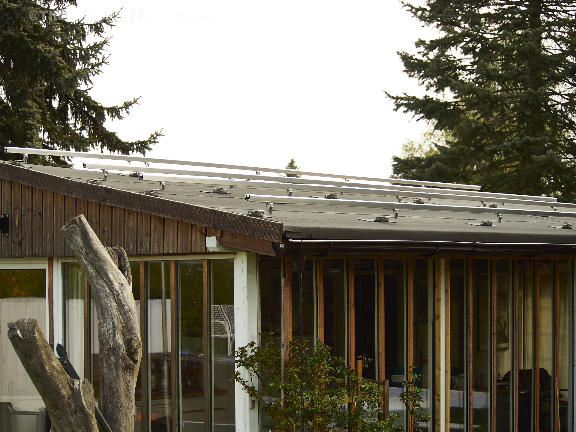 Solargestell auf dem dach des dakota home