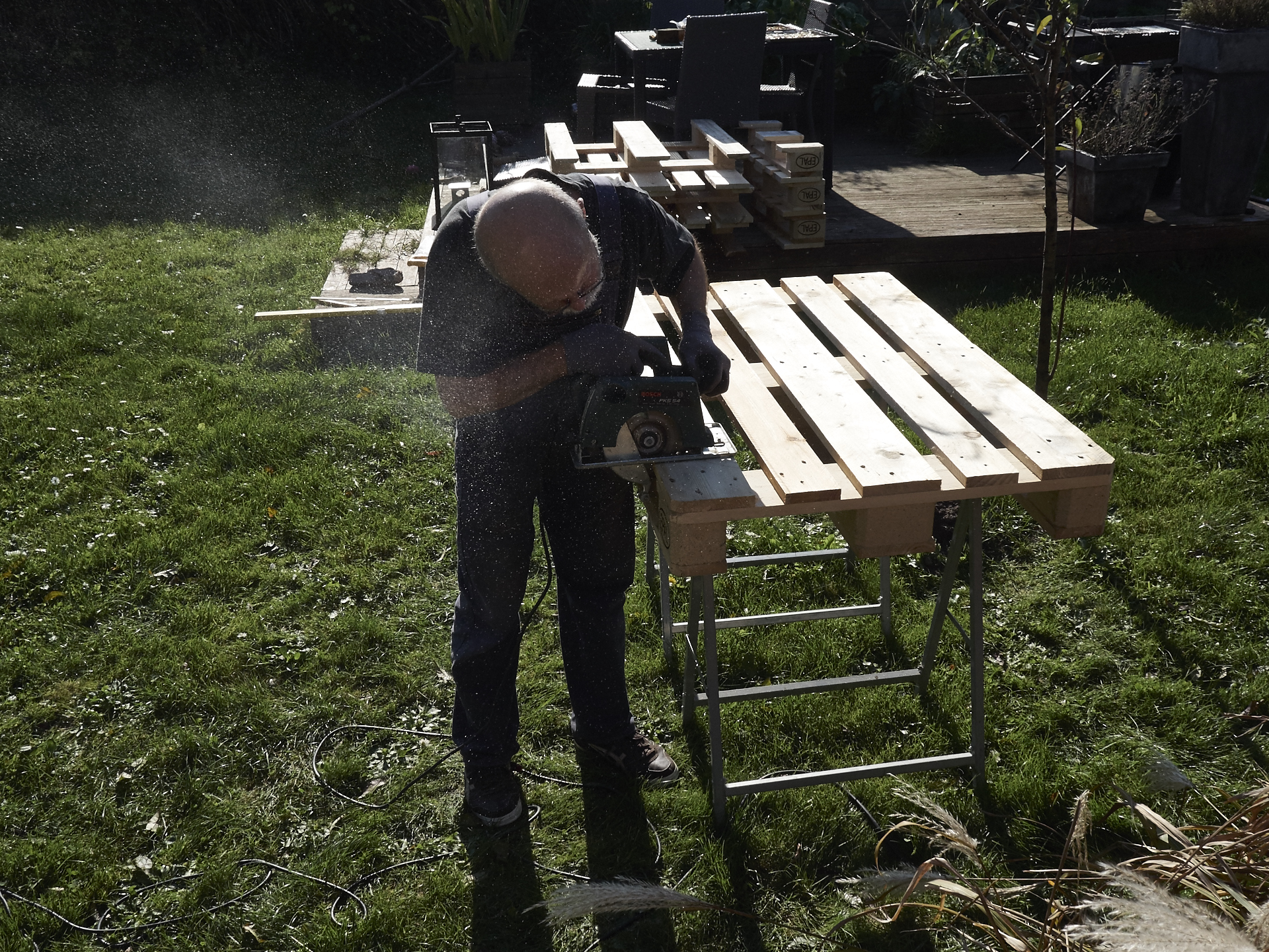 bett aus paletten selbstgebaut, natürlich mit hilfe von bernhardund seinem werkzeug