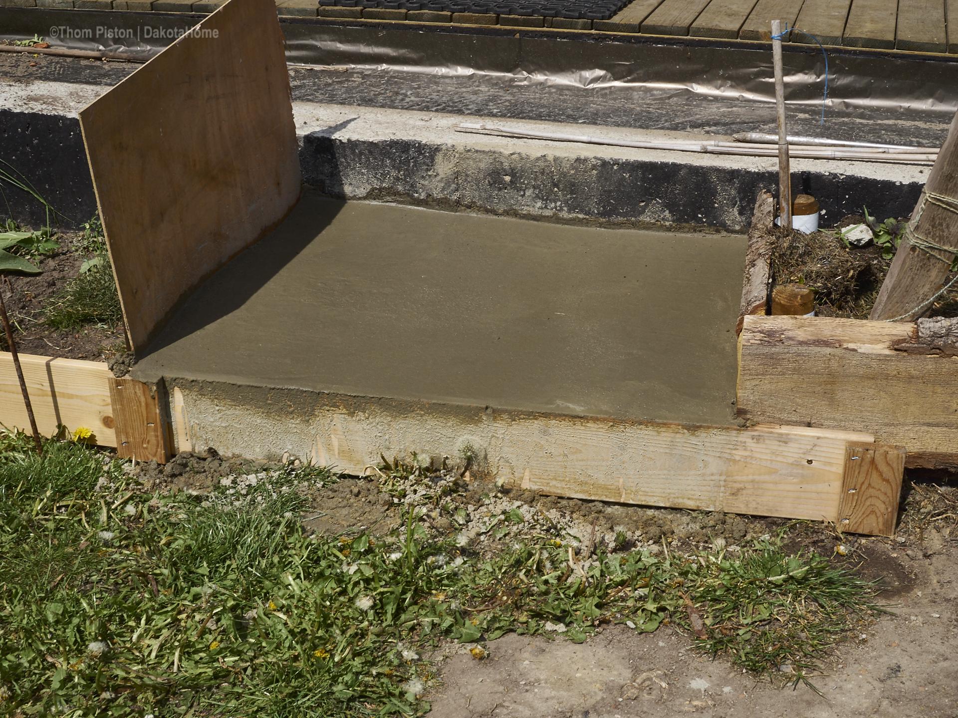 beton stufe an der ponderosa... die beton platte der terasse war einfach zu hoch für n gemütlichen einstieg zur terasse...