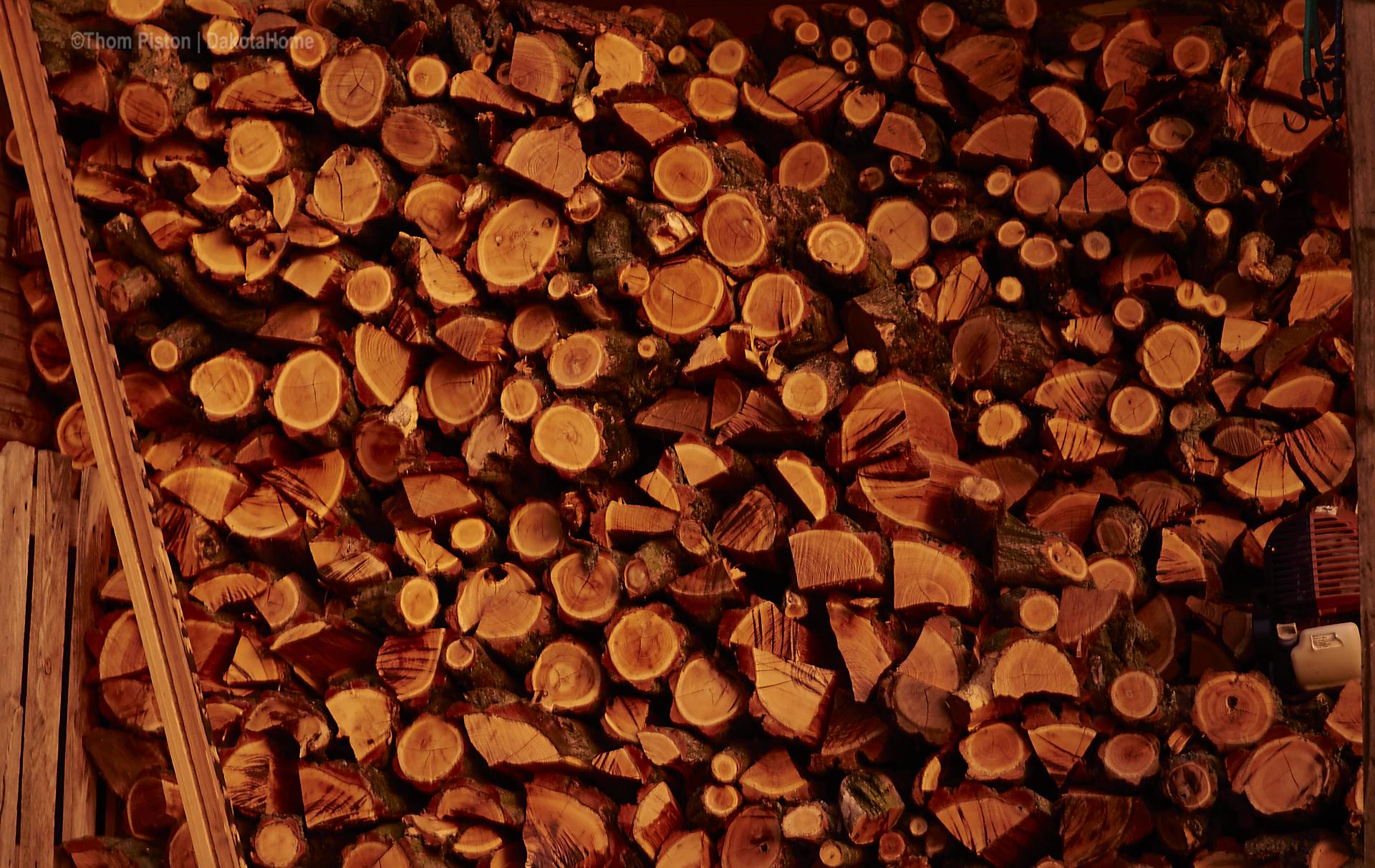 das Licht vor dem Sonnenuntergang ist unwirklich..kann man nur schlecht einfangen..das Holz leuchtet dann in allen möglichen Rot Tönen