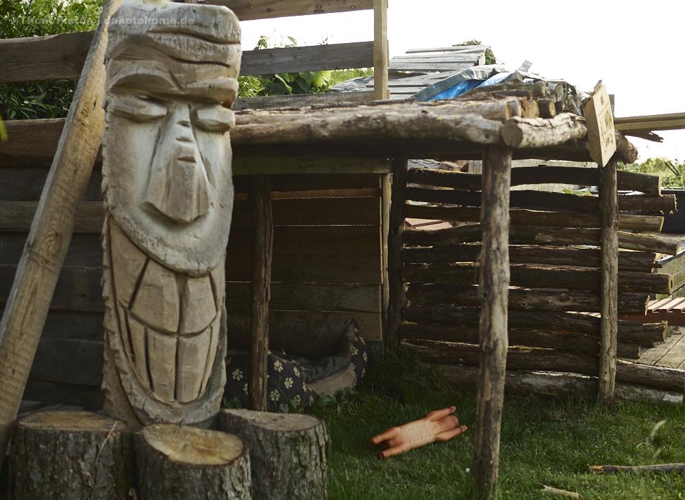 der Tiki ist aus Palmenholz, kam vor fast 20 Jahren aus Florida..wollte keiner kaufen, aber hier passt er ja auch herrausragend gut her